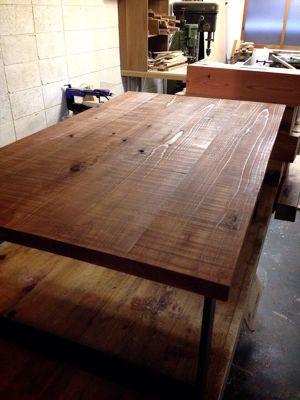 ノコ跡残しのテーブル